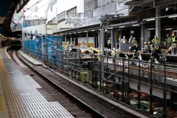 2020年5月31日 14時過ぎ。渋谷駅。ホーム中程。前日、新ホームの床下からH形鋼を引き出していたところ。山手貨物線と山手線の間においてなにかの台にするような雰囲気です。