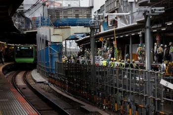 2020年5月31日 14時半頃。渋谷駅。山手貨物線上を、何やら棹を持った集団が歩いていました。