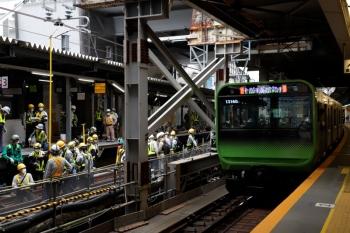 2020年5月31日 14時半頃。渋谷駅。集団は、架線高さを測定してました。