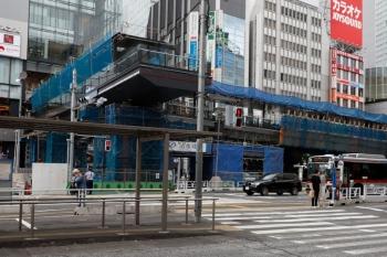 2020年5月31日 15時ころ。渋谷。駅の西側。こちらもバス乗り場をまたぐであろう橋の建設工事中でした。