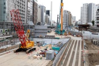 2020年5月31日 15時ころ。渋谷。駅西側の歩道橋から南側を見た所。駅の横でも大規模な工事してました。JR東日本の工事かは知りません。