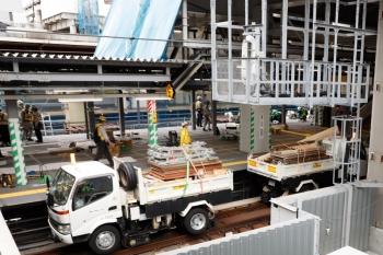 2020年5月31日 15時半ころ。渋谷。駅の東側から見た新ホーム。手前の、山手貨物線南行の線路には軌陸車が載っています。