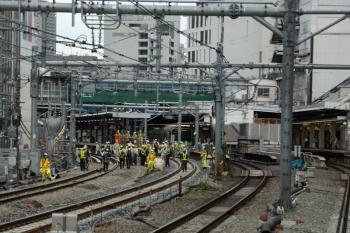 2020年5月31日 15時半ころ。渋谷。外回り列車の車内から。線路上にも多くの作業員がいます。