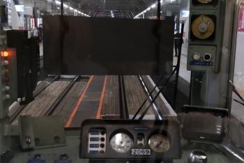 2020年6月4日 5時半ころ。所沢。5204レとして発車時の最後部クハ2069の運転台の様子。窓に白板が降りてます。