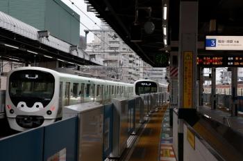 2020年6月7日 6時31分ころ。練馬。豊島園駅へ向かう38113Fの下り回送。右は38114Fの5604レ。さらに右端は9103F(京急)の2106レ。