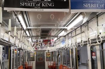 2020年6月8日朝。西武池袋線2085Fの車内。車内広告も少なくて、中吊り広告の棹は空き、天井肩の広告も少ないです。
