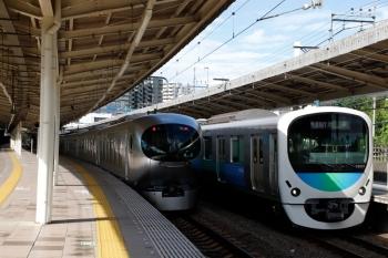2020年6月11日 7時43分ころ。入間市。001系の下り回送列車(左)と38107F+32101Fの1104レ。