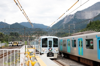 2020年6月20日 13時55分ころ。横瀬。2番ホームを通過する4009F。秩父鉄道へ入れなかった4000系4本が左奥の電留線に留置されています。右はS-Train用の40000系。