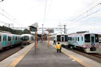 2020年6月20日 14時44分ころ。横瀬。右から、4009Fの回送列車、、4011の5040レ、発車した001-D編成の17レ、S-Train用の40102F。