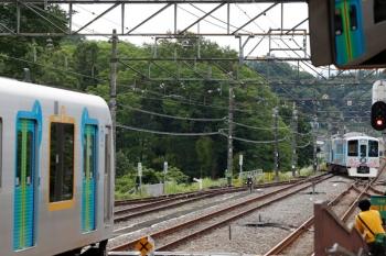 2020年6月20日 14時48分ころ。横瀬。秩父方の引き上げ線へ転線する4009F回送列車(右奥)と、S-Trainの40102F(左)。
