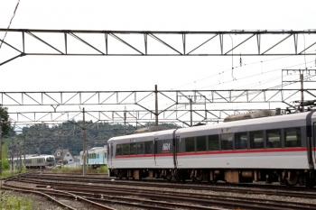 2020年6月20日。横瀬。左奥は001-D編成の32レ、そして4009Fと10000系の廃車体。右手が駅のホームです。