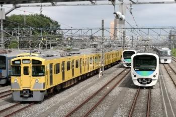 2020年6月21日 14時半頃。小手指車両基地。右から、飯能方に留置される10108F、32101F、38112F、おそらく列車無線関係の工事中の2513Fほか。