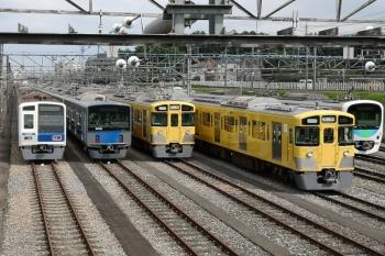 2020年6月21日 14時半頃。小手指車両基地。左から、飯能方に留置される6109F、20102F、N2000系2+8連、おそらく列車無線関係の工事中の2513Fほか。