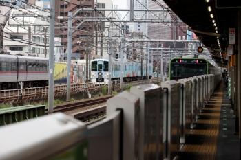 2020年6月21日 10時49分ころ。西武新宿〜高田馬場。左から、10000系の166レ、4009Fの下り列車、山手線・内回りのE235系。