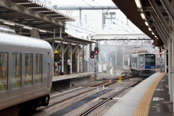 2020年6月26日 6時40分ころ。所沢。4番ホームから発車した6117Fの上り回送列車(右奥)と、001-C編成の8レ。
