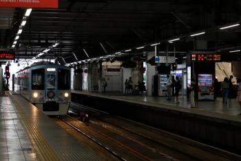 2020年6月27日。所沢。新宿方から4番ホームへ到着する4009F。右端に、工事が進む橋上駅舎への1番ホームの通路が見えてます。