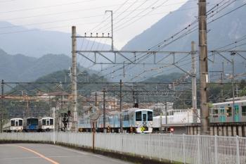 2020年6月27日 13時55分ころ。横瀬。2番ホームを通過する4009F・「旅するレストラン」の下り列車。