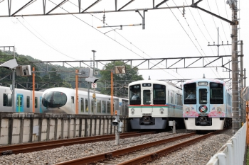 2020年6月27日 14時44分ころ。横瀬。右から、4009F、1番ホームに停車する4013Fの5040レ、2番ホームから発車した001-A編成の17レ、S-Trainの40106F。