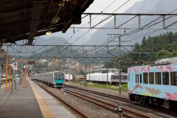 2020年6月27日 16時34分ころ。横瀬。上り方へ発車した40106Fの回送列車(左)。奥に10000系、右手前に4009Fが見えてます。
