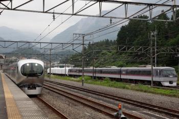 2020年6月27日 16時44分ころ。横瀬。001-E編成の21レ(左)と廃車の10000系7両。