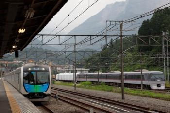2020年6月27日 16時48分ころ。横瀬。40106Fの下り回送列車(左)と廃車の10000系7両。
