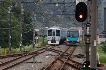 2020年6月27日 16時57分ころ。横瀬。入換のため引き上げ線へ入った4009Fの横を通過する40106Fの下り回送列車。