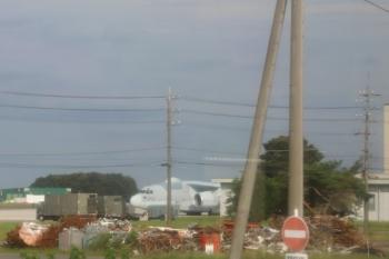 2020年6月28日 16時半ころ。航空自衛隊入間基地。大きな輸送機が見えました。コックピットの下の数字は「202」。西武池袋線の車内から撮影。