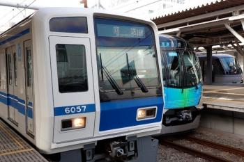 2020年6月29日 6時37分ころ。所沢。左手前から、6157Fの上り回送列車(16M運用)、40102Fの3108レ、10011Fの104レ。