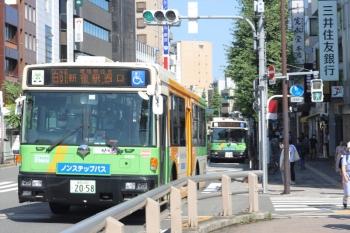 2020年7月2日 8時26分ころ。目白駅前。2台の都バス。