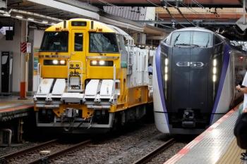 2020年7月4日 15時22分ころ。八王子。レール輸送用の気動車列車とE353系の上り特急。