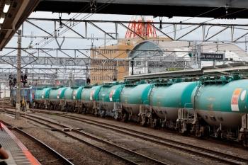 2020年7月4日 16時4分ころ。八王子。EH200形に牽引されて上り方へ発車するタンク貨車。
