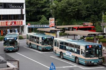 2020年7月4日 18時前。入間市。西武バスが3台。右から、中神ゆき、三井アウトレットパークゆき、狭山市駅西口ゆき。