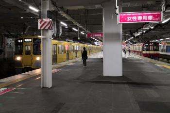 2020年7月4日 5時31分ころ。所沢。発車した9103Fの3102レと、接続待ちで発車が遅れた2057Fの新宿線5802レ。