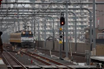 2020年7月5日 12時12分ころ。国立。中線へ進むEF65-2080+西武1249Fの甲種鉄道車両輸送貨物列車。