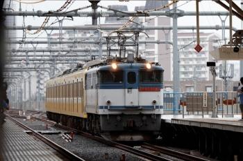2020年7月5日 12時12分ころ。国立。中線を進むEF65-2080+西武1249Fの甲種鉄道車両輸送貨物列車。