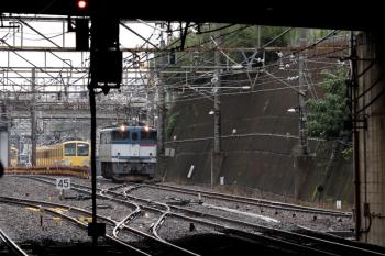 2020年7月5日 12時57分ころ。新秋津。牽引してきたEF65-2080が新座方面へ発車。奥に見えるは、西武線内を牽引する263Fと、輸送されてる1249Fのお顔。