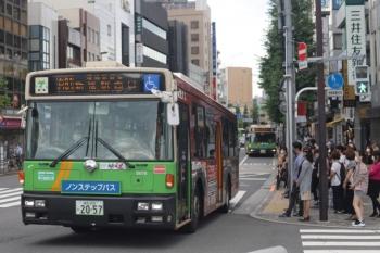 2020年7月7日 8時27分ころ。目白駅前。縦に2台が並んだ都バス。手前が新宿駅西口ゆき。