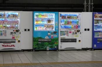 2020年7月9日 5時半ころ。所沢。1番ホームの新宿方に並ぶ4台の飲料自販機。
