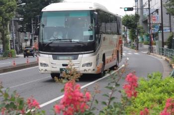 2020年7月10日 12時半ころ。高田馬場駅近くの新目白通り。池袋ゆきの加越能バスの高速バス。