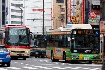 2020年7月11日11時半ころ。池袋駅東口の前。都バスの「江古田二丁目」ゆきと、西武バス・長電バスの回送。