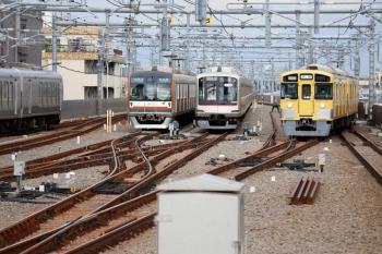 2020年7月11日 7時39分ころ。石神井公園。右から、9102Fの上り回送列車、夜間滞泊した6番線の東急5163F、27S運用で6301レ〜6302レのメトロ10012F、ラビュー001系の5レ。