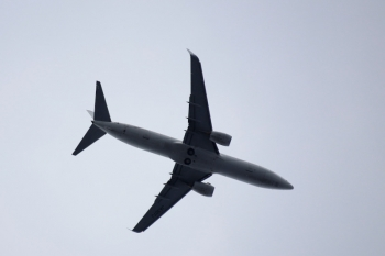 2020年7月12日 16時20分ころ。中村橋。真上を通過したジェット旅客機。翼に書かれた「JA307F」によると、日本航空所有のボーイング737-800です。