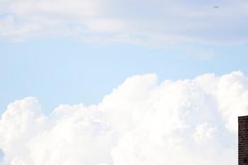 2020年7月12日 16時33分ころ。中村橋。右上に小さくジェット機が写ってます。このあと中村橋駅の上空を通過します。