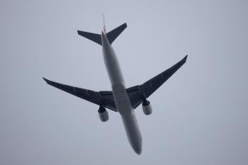 2020年7月12日 16時46分ころ。中村橋。上の写真と同じ飛行機です。尾翼に赤い鶴のマークが見えます。