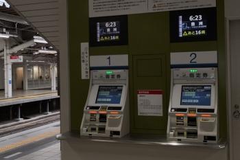 2020年7月13日 5時半ころ。所沢。3番ホームのS-Train指定券発売機。6時23分発は「あと16席」。