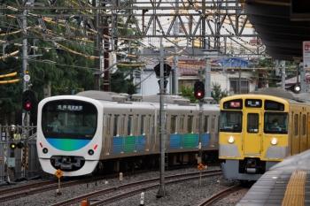 2020年7月15日。沼袋。発車した38110Fの5504レ(左)と2059F+2411Fの2101レ。