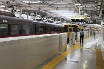 2020年7月15日。西武新宿。1番ホームから発車したN2000系の5117レ(右)。ホームドアが開いてて警備員が立ってます。左は10110Fの109レ。