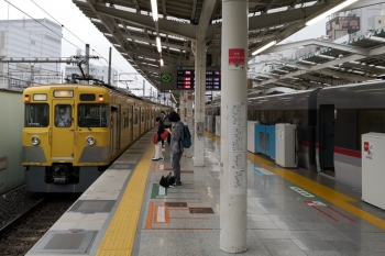 2020年7月15日 9時55分ころ。西武新宿。左は、3番ホームから発車した2403F+2007Fの下り回送列車。4614レの折り返し。