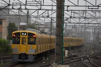 2020年7月15日 5時45分ころ。田無。2・3番ホームから発車した2065F+2405Fの下り回送列車。