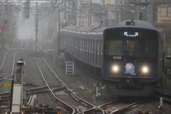 2020年7月15日 5時54分ころ。田無。中線へ到着する20105F(ライオンズ)の上り回送列車。